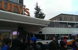 Anh: Xe buýt đâm vào siêu thị, 2 người thiệt mạng