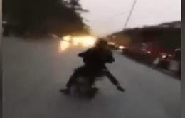 """2 thiếu niên đi xe đạp điện """"trêu ngươi"""" trước đầu ô tô"""