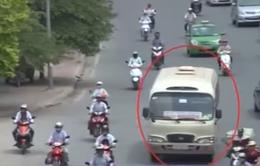 """Hà Nội: Xe khách """"rùa bò"""" thản nhiên bắt khách trước các bến xe"""