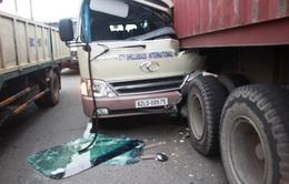 TP.HCM: Xe khách húc đuôi container, tài xế bị thương nặng