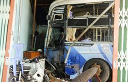 Hiện trường vụ xe khách tông sập 3 nhà dân tại Bình Phước
