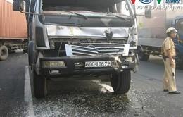 Tránh gây tai nạn, tài xế cho xe đâm vào đuôi container