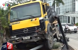 TP.HCM: Xe tải tông sập trụ đèn tín hiệu, 2 người bị thương nặng
