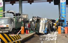 Xe tải đè sập quầy thu phí cao tốc Trung Lương - TP.HCM