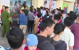 Hàng trăm người dân TP.HCM xếp hàng dài chờ tiêm vaccine cho con