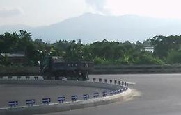 Xuất hiện clip quay cảnh xe rải hóa chất phá đường QL 1A