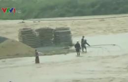 Yên Bái: Người dân bất chấp nguy hiểm lội suối bắt cá, vớt củi
