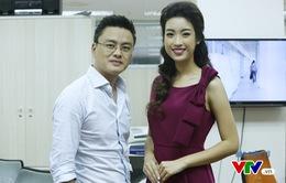 Hoa hậu Mỹ Linh thích thú chụp ảnh cùng các BTV VTV