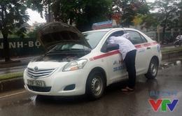 Mưa lớn ở Hà Nội: Hàng loạt ô tô chết máy vì ngâm nước
