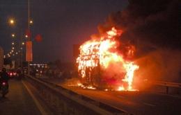 Xe khách chở 35 người bất ngờ bốc cháy ngùn ngụt
