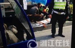 Cố vượt xe buýt, xe tải cán liền lúc 6 người tại Trung Quốc