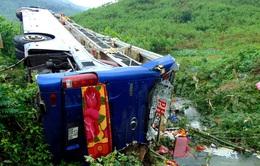 Nỗ lực cứu chữa nạn nhân vụ lật xe khách ở Quảng Nam