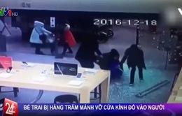 VIDEO: Hàng trăm mảnh vỡ cửa kính đổ ập vào em bé
