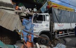 Xe tải lao vào nhà dân tại Bình Dương, 11 người bị thương