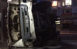 Nổ lốp, xe bồn lật ngang trước cửa nhà dân tại TP.HCM