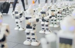 Xếp hàng mua iPhone 7 bằng robot