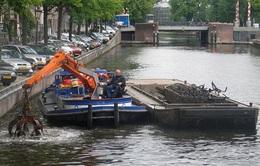 Khó tin nghề câu... xe đạp dưới lòng kênh Amsterdam