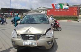 """Ô tô """"điên"""" đâm hàng loạt xe máy trên xa lộ Hà Nội"""