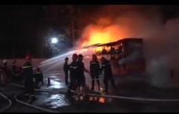 Xe giường nằm bốc cháy, hàng chục hành khách bỏ chạy tán loạn