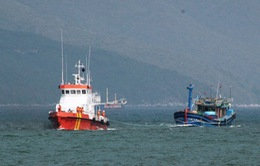 Lai dắt tàu cá Quảng Ngãi trôi dạt nhiều ngày vào bờ
