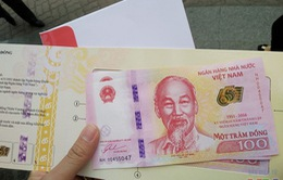 """Tiền lưu niệm 100 đồng """"đội giá"""" sau ngày phát hành"""