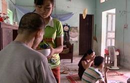 Cuộc sống khốn khó của hai em học sinh có mẹ khiếm thị, bố bị tai biến