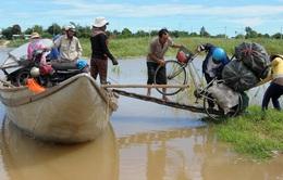 """Quảng Ngãi: Người dân """"ốc đảo"""" chen chúc qua đò mùa lũ"""