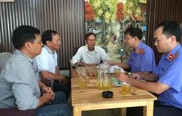 Trao quyết định đình chỉ vụ án cho chủ quán cà phê Xin Chào