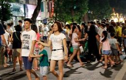 Người dân vui vẻ, khách du lịch hào hứng trên phố đi bộ quanh hồ Hoàn Kiếm