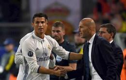 Ronaldo bị bóc mẽ đang ra vẻ niềm nở với Zidane