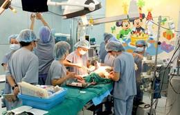 Cứu sống bé trai rơi từ tầng 2 bị sắt đâm thủng tim, phổi