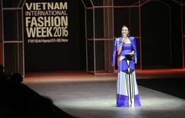 MC Phí Linh cá tính, đầy biến hóa tại Vietnam International Fashion Week