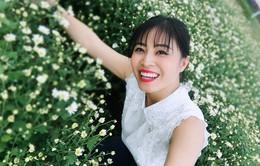 MC Hoàng Linh xinh đẹp giữa vườn cúc họa mi