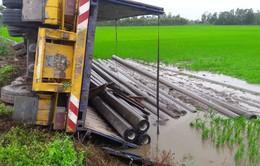 Hậu Giang: Hai xe container va chạm, 1 xe lật nhào xuống ruộng