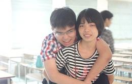 Cảm phục người chị gái hơn 6 năm cõng em đến trường