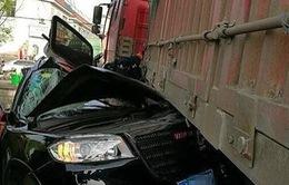Container đâm bẹp dúm ô tô, 2 người sống sót thần kỳ