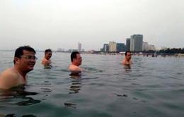 Quan chức tại Đà Nẵng tắm biển, khẳng định nước biển an toàn