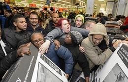 Cận cảnh giằng co của các tín đồ mua sắm trong ngày Black Friday