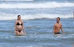 Anne Hathaway lần đầu khoe bụng bầu với bikini