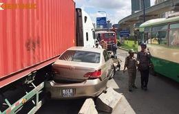 Xe container đâm ô tô và hàng loạt xe máy, nhiều người bị thương