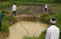 Ba em nhỏ đuối nước thương tâm dưới hố tưới rau