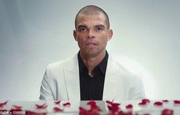 """""""Đồ tể"""" Pepe bất ngờ khoe tài đánh đàn để tỏ tình nhân dịp Valentine"""