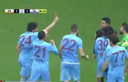 Cầu thủ rút thẻ đỏ đuổi trọng tài, đội bóng kết thúc trận với 7 người