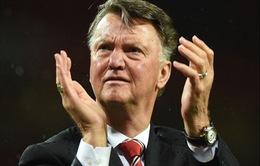 """Man Utd thảm hại, Van Gaal """"đổ tội"""" cho fan"""