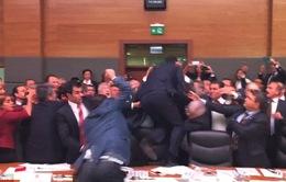 """Quốc hội Thổ Nhĩ Kỳ: Nghị sĩ """"đấu võ"""", chai lọ văng khắp phòng"""