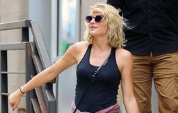 Taylor Swift tươi cười hớn hở hậu chia tay Tom Hiddleston