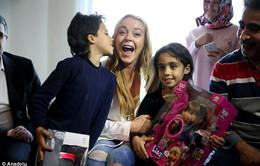 Lindsay Lohan vượt qua nỗi đau mất ngón tay đi làm từ thiện