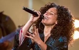 """HLV The Voice Mỹ """"đốt cháy"""" sân khấu The X-Factor bằng bản hit mới"""