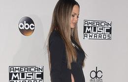 Không mặc nội y trên thảm đỏ, vợ John Legend xin lỗi khán giả