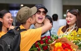 Thu Phương bị fan nam hôn thắm thiết tại Hà Nội